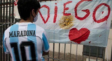 حشود غفيرة أمام القصر الرئاسي الأرجنتيني لتوديع الأسطورة مارادونا