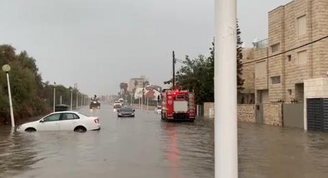 نهريا: تخليص مواطنين علقوا بسبب السيول