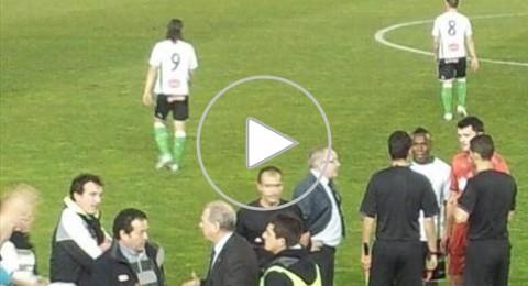 مشجع يأتى من المدرجات ويشارك فى مباراة رسمية فى اسبانيا كحكم مساعد !!