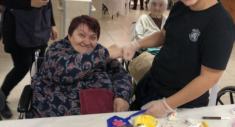 طلاب من جلجولية يقومون برعاية المسنين في بيت المسنين