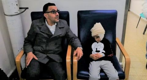 محافظ القدس يعود الطفل المصاب برصاص الاحتلال