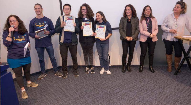 الطالبة شام أبو ليل من المدرسة الانجيلية تفوز بالمرتبة الأولى في مسابقة دولية في الفيزياء