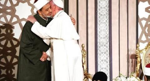 بابا الفاتيكان معانقا شيخ الأزهر: لا نخلط بين الإيمان والكراهية