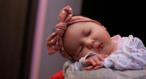 ما هو سبب بكاء الطفل المفاجئ وهو نائم وما الحل؟
