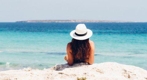 4 نصائح للعناية بالشعر خلال السفر للشواطئ