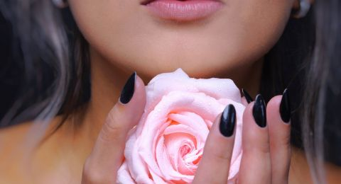 خلطات طبيعية بماء الورد لبشرة كالأطفال