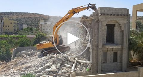 الطيبة: لتوفير غرامات الهدم... المواطن نبيل عمرور يقوم بهدم منزله
