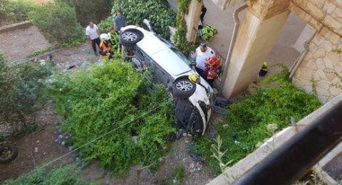 القدس: سقوط سيدة بسيارتها عن علو