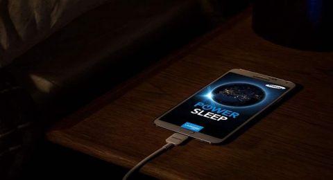 حذارِ شحن هواتفكم طول الليل أو وضعه تحت الوسادة