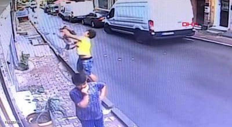 شاهد كيف أنقذ فتى جزائري رضيعة سقطت من الشباك