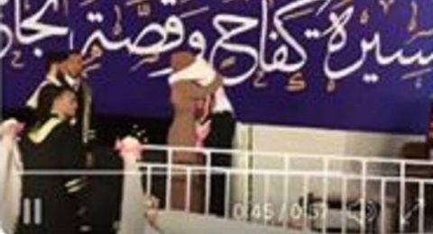 شاهد ماذا فعل طالب فلسطيني من أجل والدته خلال حفل تخرجه !