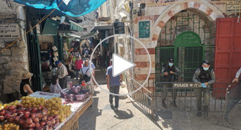 مصلون يستعدون لأداء صلاة الجمعة بالمسجد الاقصي