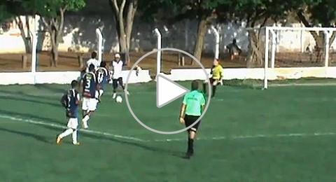 بالفيديو :طبيب يدخل الملعب وينزلق لإيقاف هدف لفريق الخصم
