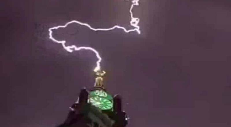 """صاعقة تضرب """"برج ساعة مكة"""" مشكلة منظراً خلاباً"""