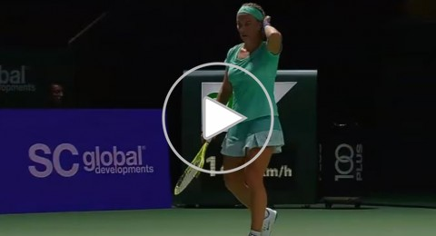 لاعبة تنس روسية تقص شعرها أثناء المباراة