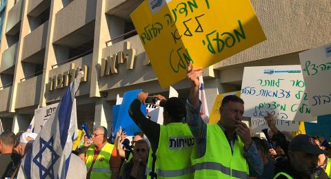 عمال مصانع الاسمنت في البلاد ينظمون مظاهرات واحتجاجات مقابل منزلا وزيري المالية والاقتصاد