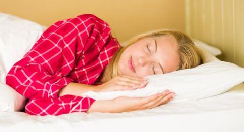 هذه أسباب التعرق أثناء النوم والجو بارد