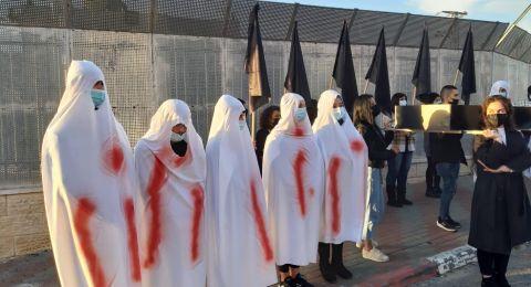 أم الفحم: يرتدون الاكفان تعبيراً عن حزنهم وغضبهم جراء العنف