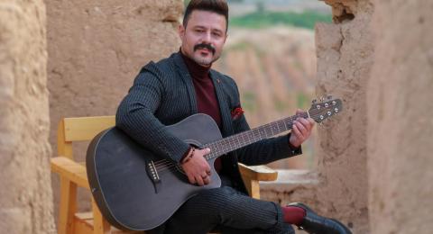 الفنان الفلسطيني عمار حسن يغني سميح القاسم في