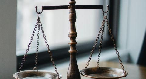 دعوى قضائية ضد ثلاثة أشقاء من ساجور بتهمة سرقة سلاح والاحتيال على الشرطة