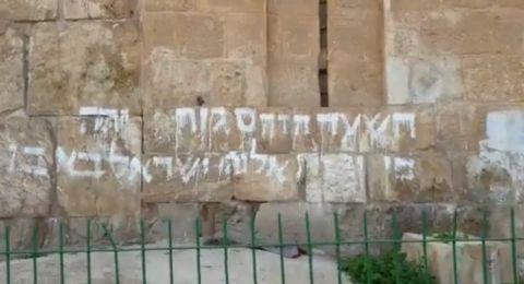 فيديو- مستوطن يخط شعارات على باب الرحمة