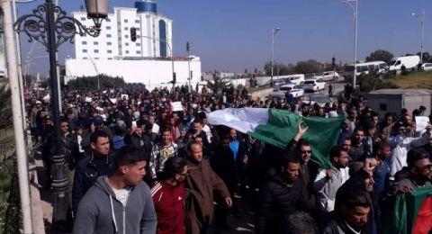 مظاهرات حاشدة في الجزائر ولا تراجع عن ترشح بوتفليقة