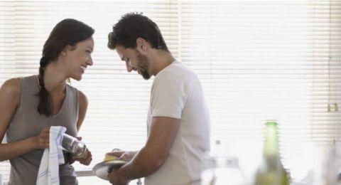 هكذا تؤثر مساعدة الزوج لزوجته في الأعمال المنزلية على علاقتهما