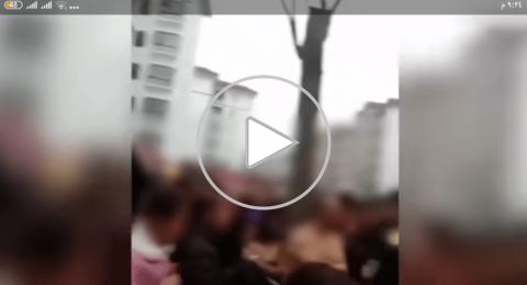 (فيديو) أهالي مدينة يربطون رجلا وعشيقته بجذع شجرة، والسبب الخيانة الزوجية