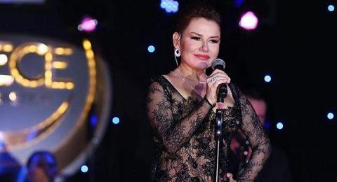 فنانة تركية تصدم الجمهور وتصعد إلى المسرح شبه عارية