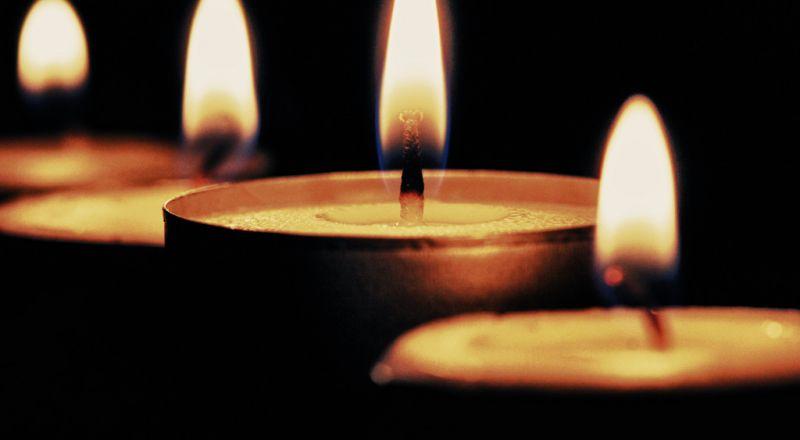 العالم يضيء الشموع في