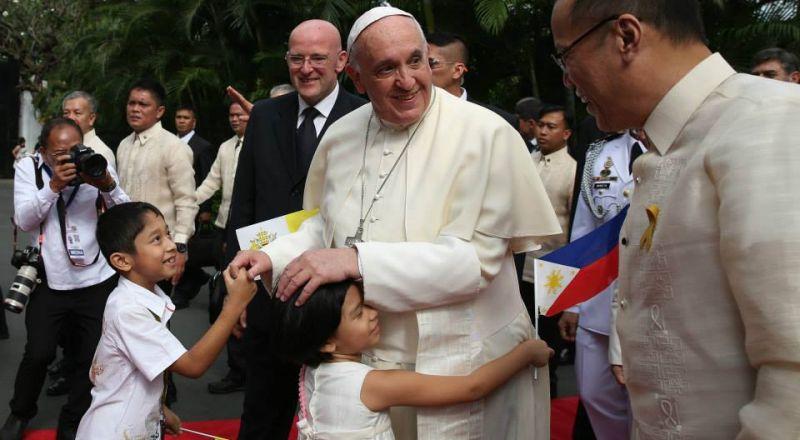 البابا فرنسيس يثير الجدل بمنعه المصلين من تقبيل خاتمه!