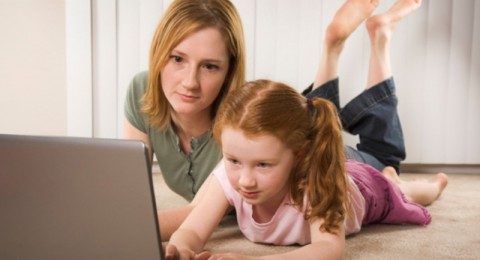 كيف تعرفين ماذا يفعل أولادك على الانترنت دون جرح مشاعرهم؟