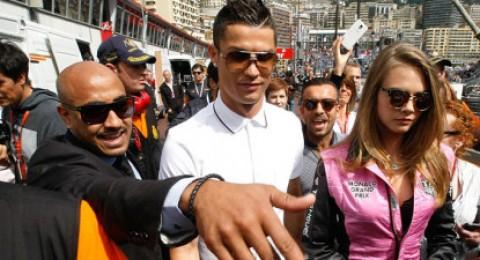 رونالدو يظهر في سباق فورمولا 1 مع عارضة أزياء
