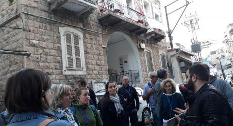 الإعلامي شاهين نصار يقدم محاضرة وجولة سياحة بديلة بتنظيم مركز مساواة لمجموعة نشطاء من المانيا