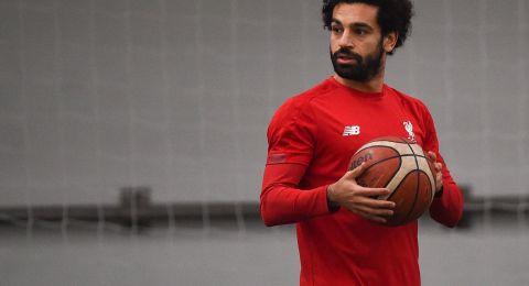 النجم المصري صلاح يلعب كرة السلة