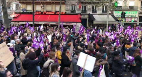 الفرنسيات يرفعن شعارات قرمزية ضد العنف الجنسي