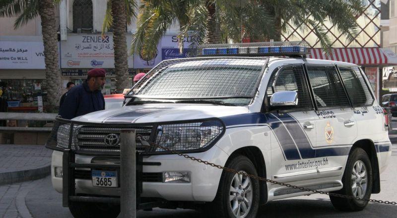اعتقال أجنبيتين وشاب بحريني ظهروا في صور