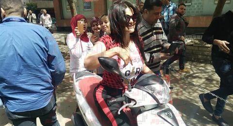 سما المصري تقود «دراجة بخارية» وتطالب بانتخاب السيسي