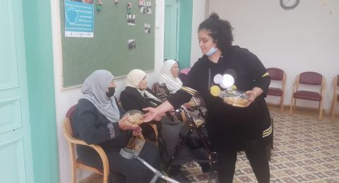 فتيات مركز نور والجيل الذهبي في الجماهيري الرملة يصنعون كعك العيد