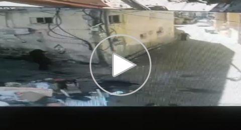 بالفيديو .. اطلاق نار كثيف في وضح النهار في الفريديس واصابة شاب