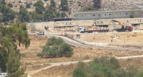 اسرائيل تخلي 9 كرافانات من بؤرة استيطانية عشوائية جنوب الخليل