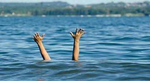 صدمة كبيرة في دولة عربية... رمي طفل في أحد مجاري السيول واختفائه في المياه! (فيديو)