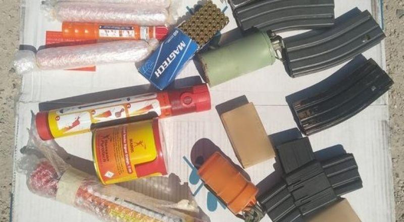 أسلحة متنوعة وقنابل، ضبطتها الشرطة مؤخرًا ببلداتٍ عربية