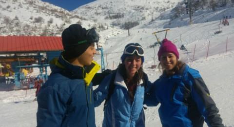 بالصور: الزوار في جبل الشيخ يستمتعون بالتزلج رغم برودة الطقس