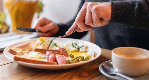 وجبة الفطور لمريض السكري.. ما مضار تخطيها؟