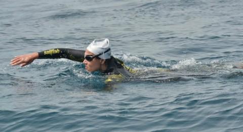 المغربية نادية بن بهتان تعبر مضيق جبل طارق سباحة في 4 ساعات