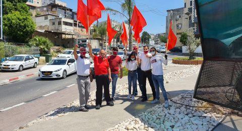 الحزب الشيوعي في الرينة يحتفل بالاول من ايار ويرتدي كمامات حمراء