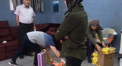 طاقم مدرسة الحلان الإعدادية يوزع طرود غذائية على العائلات في سخنين