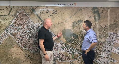 حاييم بيباس رئيس مركز السلطات المحلية خلال جولة في الجولان:النقص في الغرف المحصنة في بلدات الجولان يخلق واقعًا مستحيلاً أمام السكان