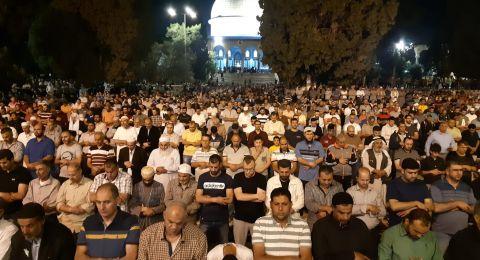 100 ألف مُصلٍ يؤدون صلاتي العشاء وقيام الليل برحاب المسجد الأقصى
